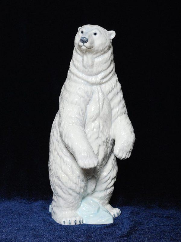 Огромный полярный медведь