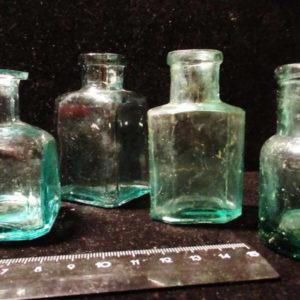 Четыре медицинские бутылочки стекло