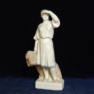 Фигурка крестьянка со снопом